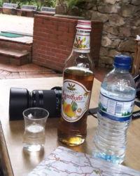 Armutlu gazoz, su şişesinde ve çay bardağında chacha